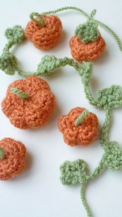 Cute little crochet pumpkins. Free crochet pattern!
