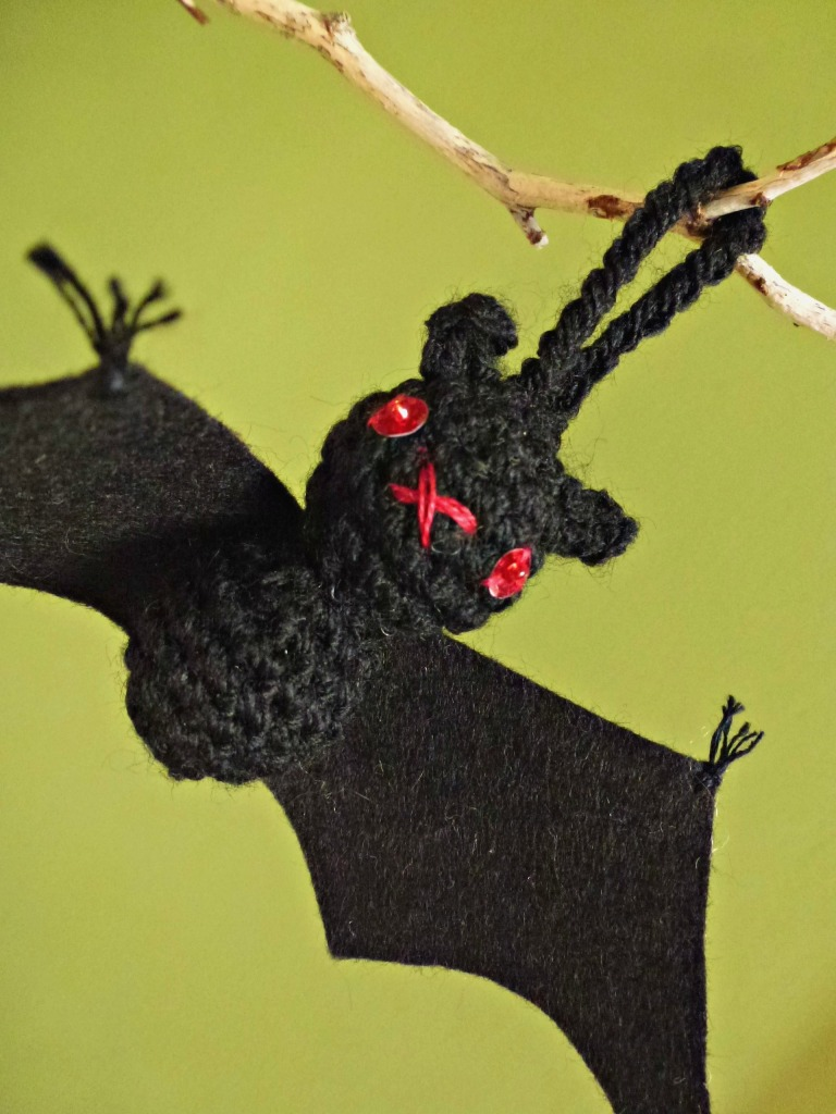 Mini crochet bat. Halloween amigurumi.