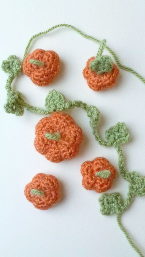 mini crochet pumpkins for a cute garland. Free pattern!