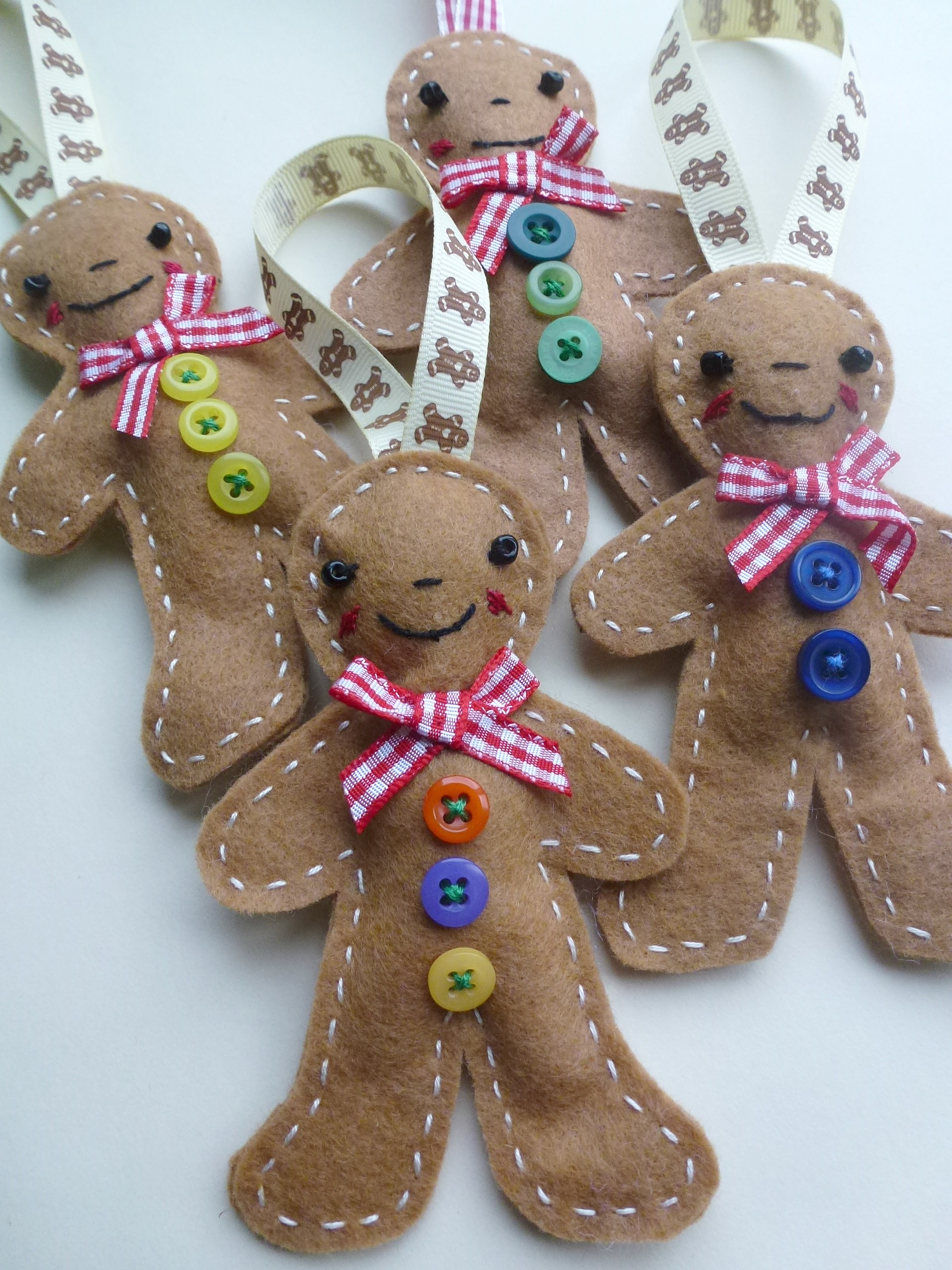 Playing with felt for christmas zeens and roger for Gingerbread decorations