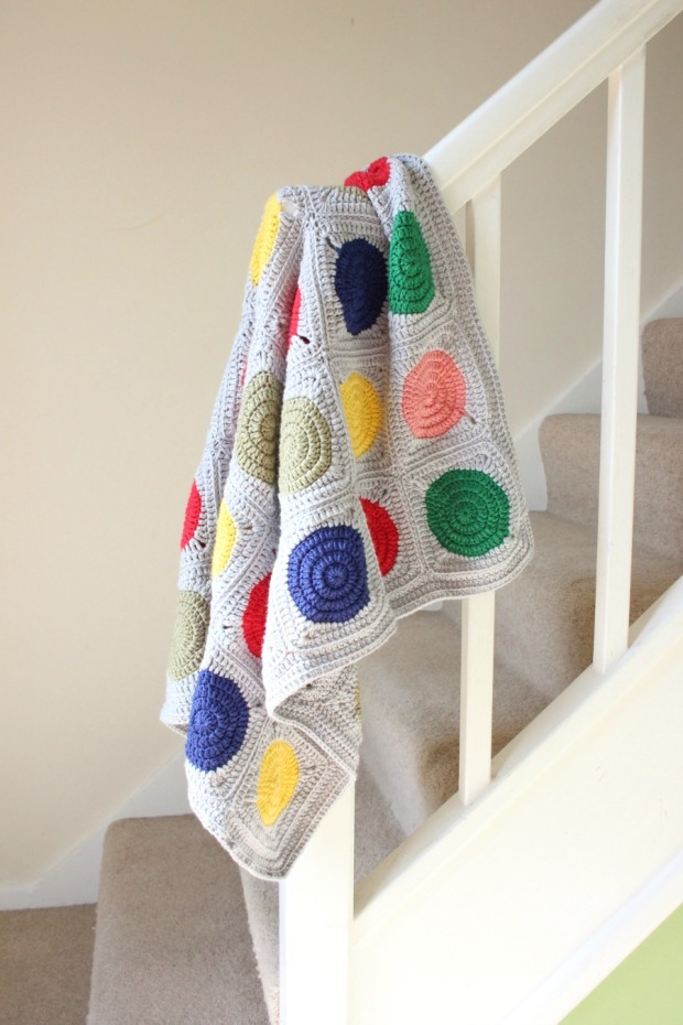 Circle in square crochet blanket. Free pattern.