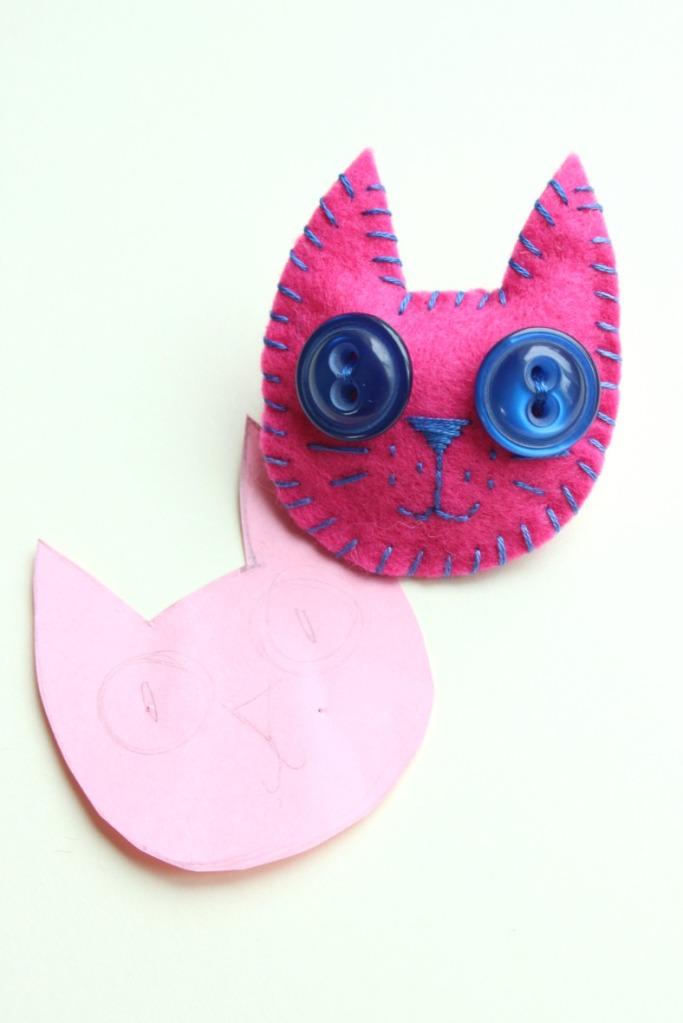 How to make a felt kitty brooch.
