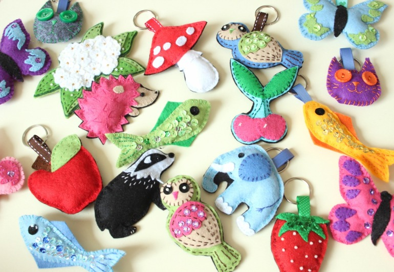 Lots of felt brooches and keyrings.